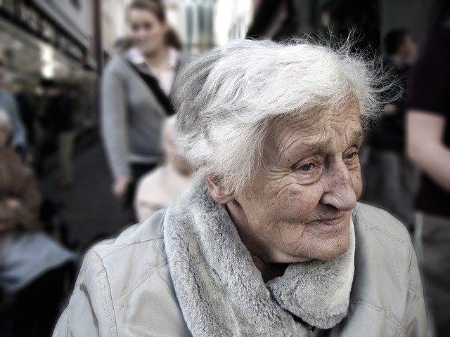 高齢な女性